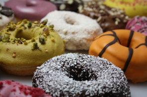 Zápisky protivného hosta: Donut Club se přestěhoval a představil slaný koblihový sendvič