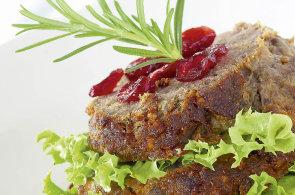 Kvalitní maso je základ sekané. Připravte si ji se salátem a brusinkami