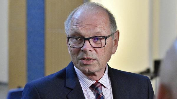 Ministr financí Ivan Pilný odmítá uvolnění dalších peněz pro jednotlivá ministerstva na růst platů.