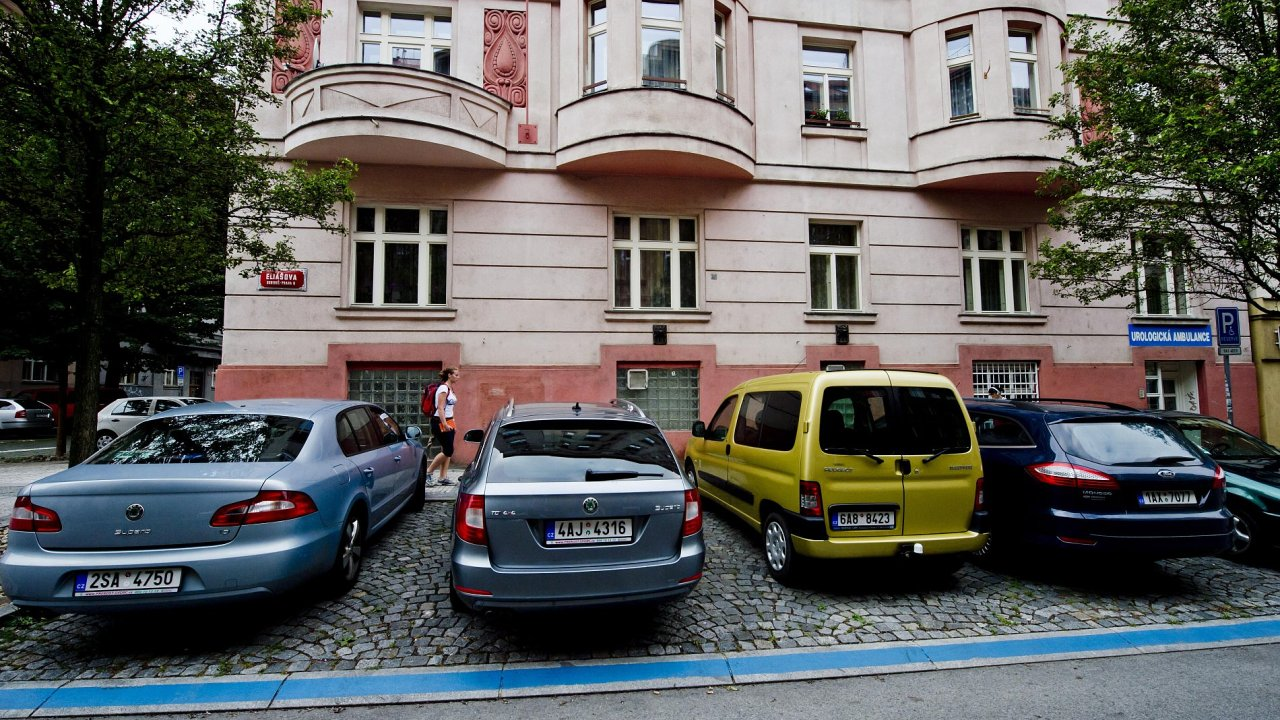 V Praze 5 a 6 od středy 24. srpna platí parkovací zóny.