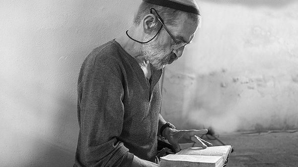 Hebraista a herec Achab Haidler povede v Holešově kurz hebrejštiny.