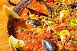 Risotto s duší flamenca: Připravte si paellu s čerstvými surovinami z moře i země