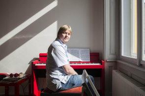 IT firma přišla s kurzy hry na piano zdarma. Zapojila se třetina lidí