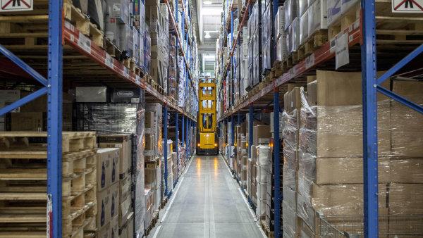 Skladníci jsou nedostatkové zboží, firmy jako Alza musí více automatizovat. Systémový vozík VNA, který jezdí rychle díky magnetické pásce, je jen začátek robotizace.