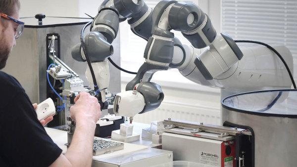 V českých firmách se stále více prosazují takzvaní kolaborativní roboti. Takovým je i YuMi, který pomáhá při montáži elektrických zásuvek ve firmě ABB Elektro-Praga.
