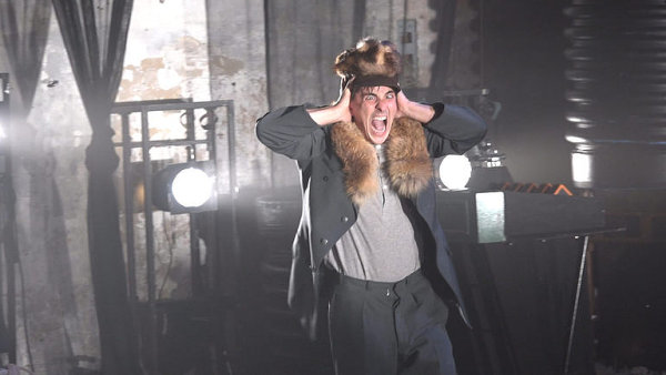 Na pražské scéně Jatka 78 měla ve čtvrtek premiéru inscenace Smoke Screens od švédského souboru Burnt Out Punks.