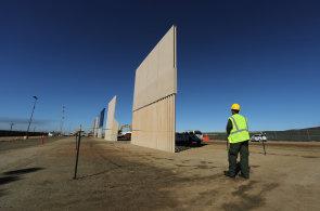 Na hranicích USA a Mexika testují Trumpovu zeď. Z osmi vzorků vyberou experti ten, který lze nejhůře