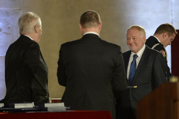 Herec Luděk Sobota (druhý zprava) převzal od českého prezidenta Miloše Zemana (zcela vlevo) medaili za zásluhy při slavnostním ceremoniálu udílení státních vyznamenání