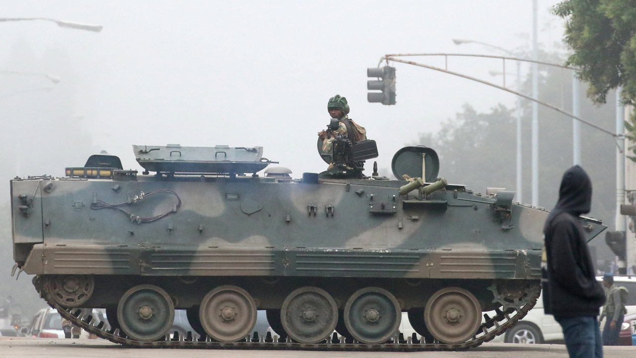 V Zimbabwe převzala kontrolu armáda, o převrat podle ní nejde.