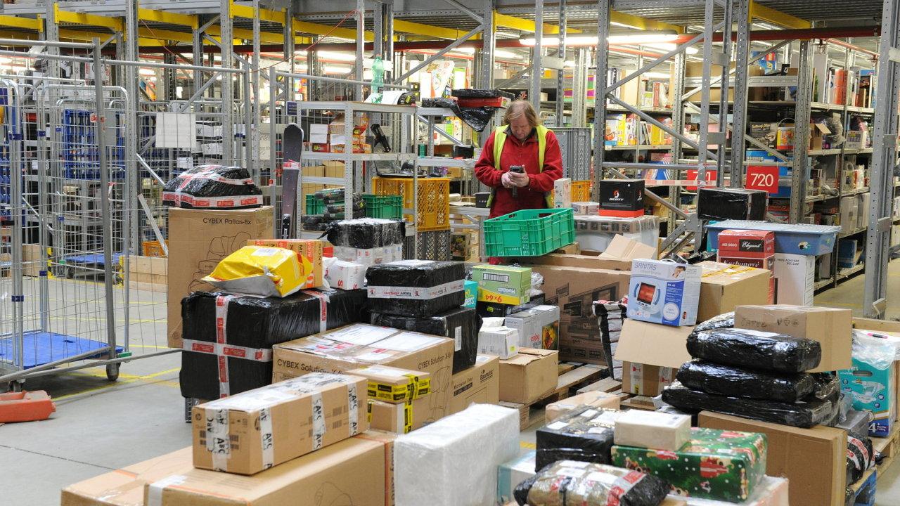 Obraty prodejců po internetu podle odhadů APEK meziročně porostou až o 15 procent. Jen za Vánoce mohli Češi v e-shopech utratit rekordních více než 50 milionů korun.
