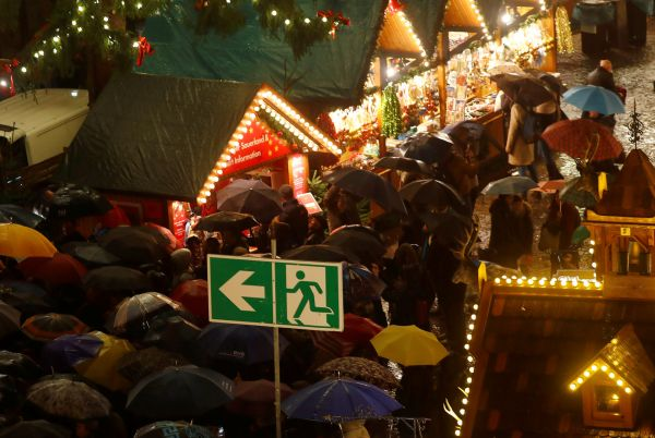 Vánoční trhy ve Frankfurtu. Všude jsou dobře viditelná označení, kudy v případě útoku utíkat.