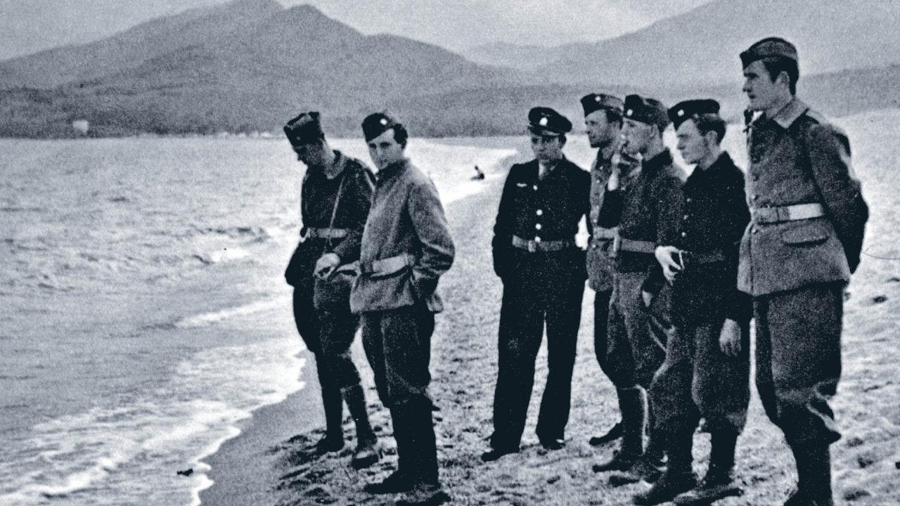 Fotografie reprodukovaná vknize pochází zléta 1940, kdy se československé jednotky popádu Francie stáhly najih ačekaly napříjezd lodě, jež je měla dopravit dál.