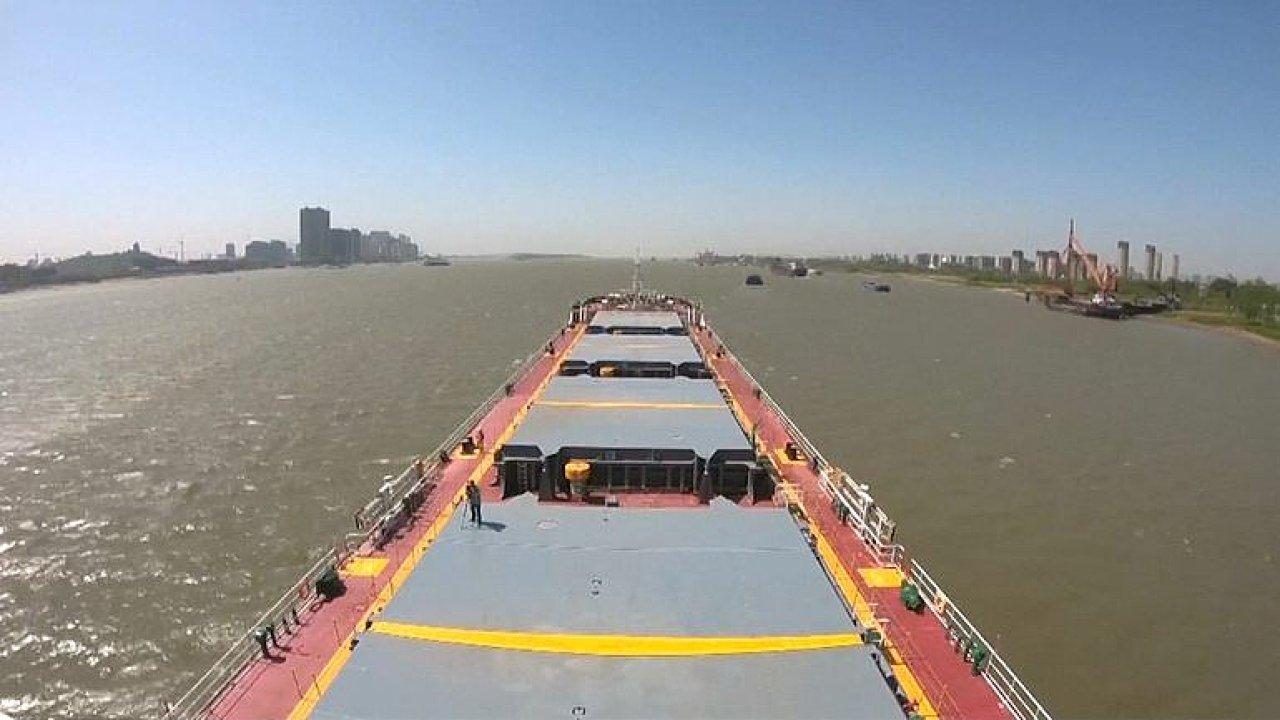Unikátní čínská loď, která převeze tisíce tun nákladu z řeky do moře a vejde se pod most