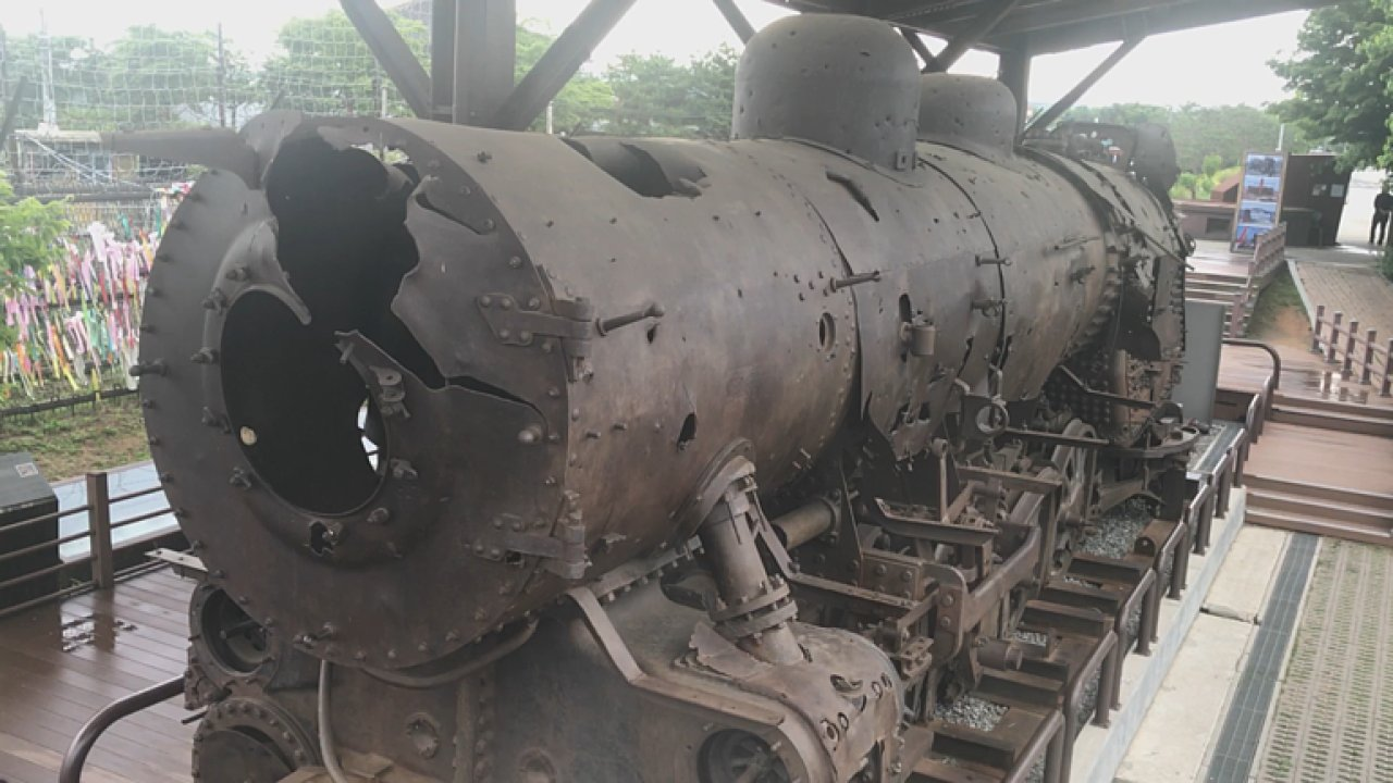 Rozstřílená lokomotiva, ale i nové nádraží. Reportáž z hranice Severní Koreje.