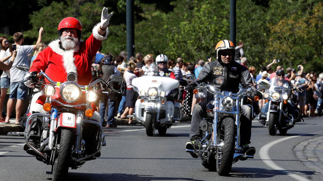 Prahou od sobotního dopoledne projely během zhruba tří hodin čtyři tisíce motorkářů na strojích Harley-Davidson.