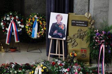 Rozloučení s první polistopadovou ministryní spravedlnosti Burešovou. Čest jí přišli vzdát advokáti, soudci i junáci
