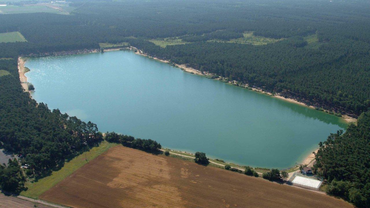 Jezero Lhota ve Středočeském kraji.