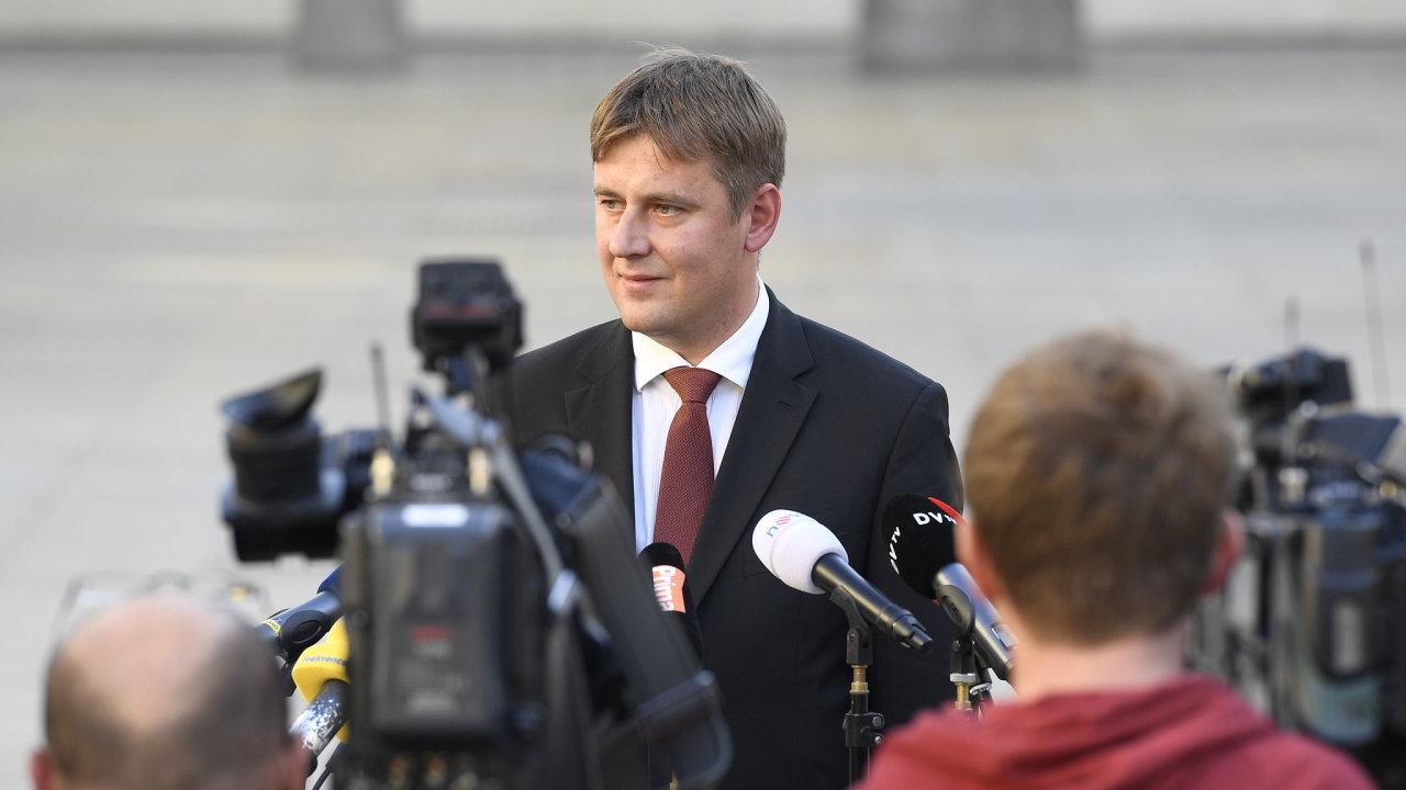 Kandidát ČSSD na ministra zahraničí Tomáš Petříček hovoří s novináři na Pražském hradě, kde se setkal 4. října 2018 s prezidentem Milošem Zemanem.