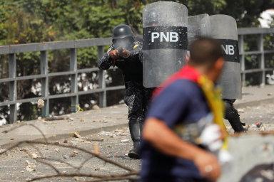 Prohlášení Juana Guaidóa prezidentem je státní převrat, tvrdí venezuelská armáda. Při protestech v zemi zemřelo až 26 lidí