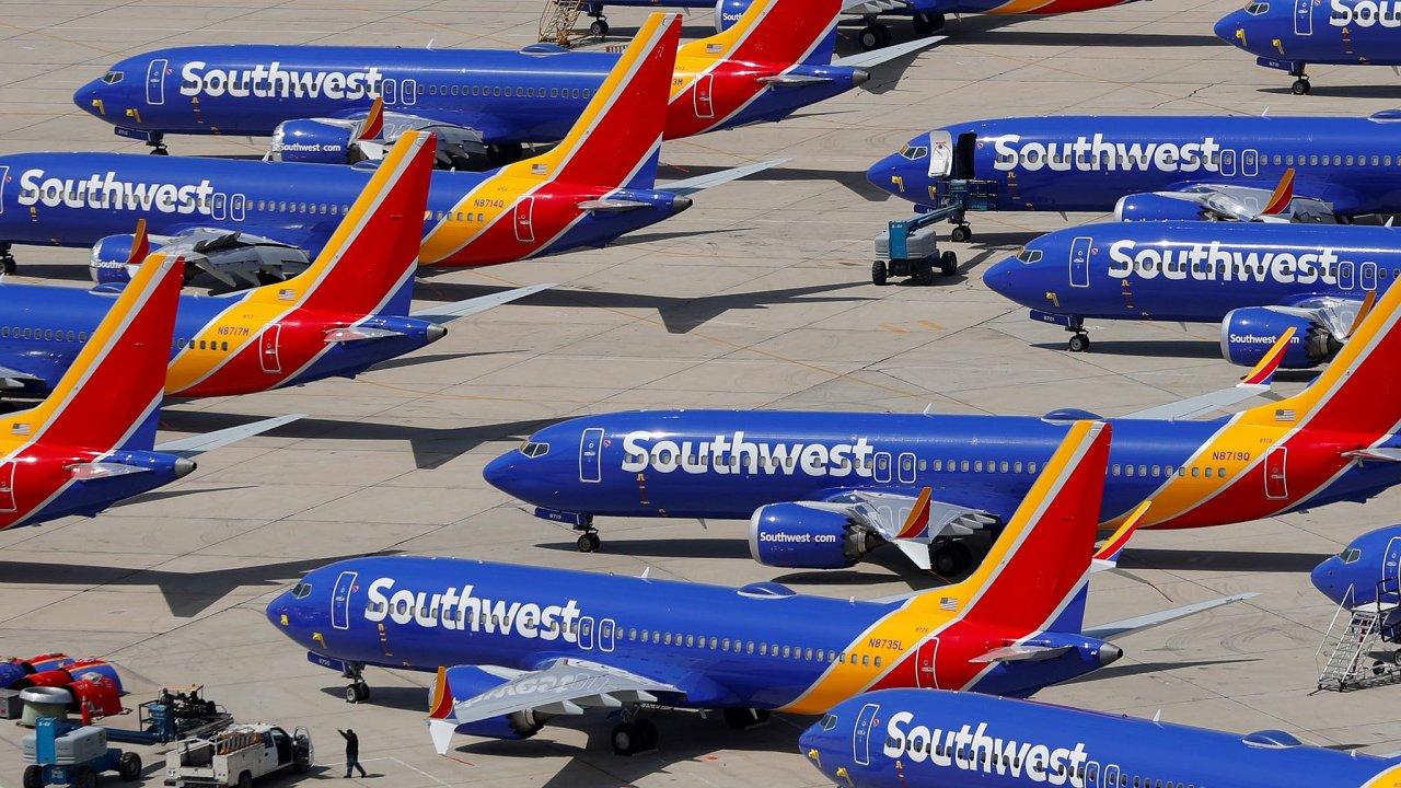 Letadla Boeing 737 Max zůstanou stát nazemi ještě poměrně dlouho. Na snímku stroje Boeing 737 Max 8 na letišti v kalifornském Victorville.