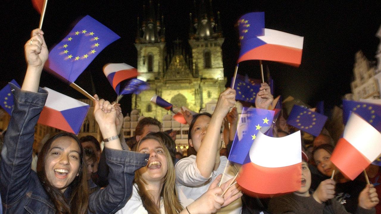 Mávající davy na Staroměstském náměstí v Praze, kde se 30. dubna roku 2004 konal večer slavnostní koncert u příležitosti vstupu ČR do EU. Evropská unie.