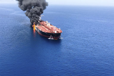 Norský a japonský tanker vezoucí ropné produkty se staly cílem zřejmého napadení ve čtvrtek ráno poblíž Hormuzského průlivu.