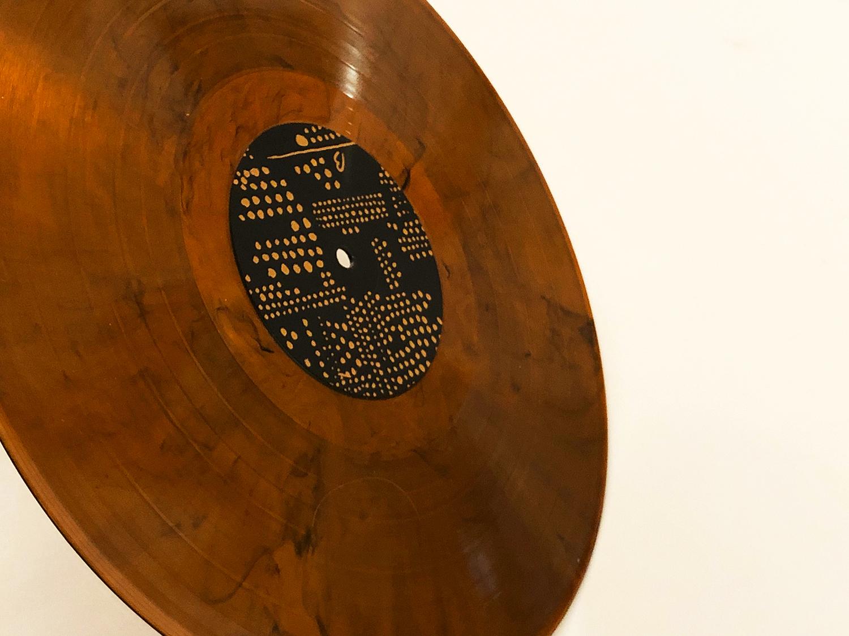 Unikátní design má nejen ručně číslovaný přebal, ale i samotná deska