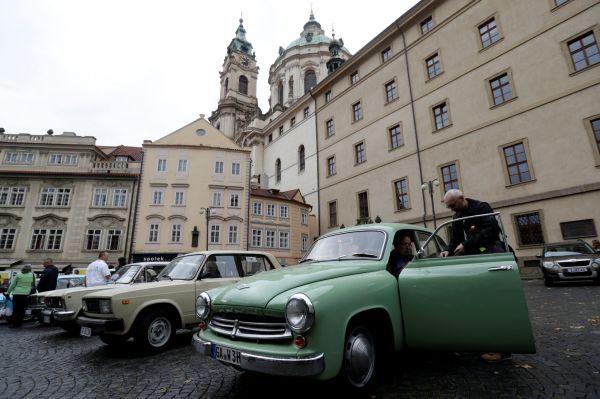 Východoněmecké vozy na Malé Straně připomněly exodus občanů NDR.