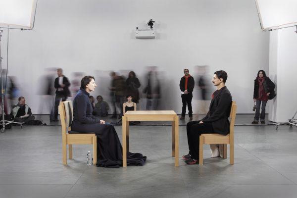 V roce 2010 Abramovićová při projektu The Artist Is Present seděla mlčky a bez pohybu po dobu 736 a půl hodiny v newyorském Muzeu moderního umění.