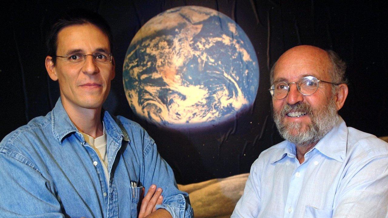 James Peebles dostal Nobelovu cenu zapřínos kteorii vzniku avývoje vesmíru povelkém třesku, Michel Mayor (vpravo) aDidier Queloz (vlevo) zaprůkopnickou práci při objevování exoplanet.