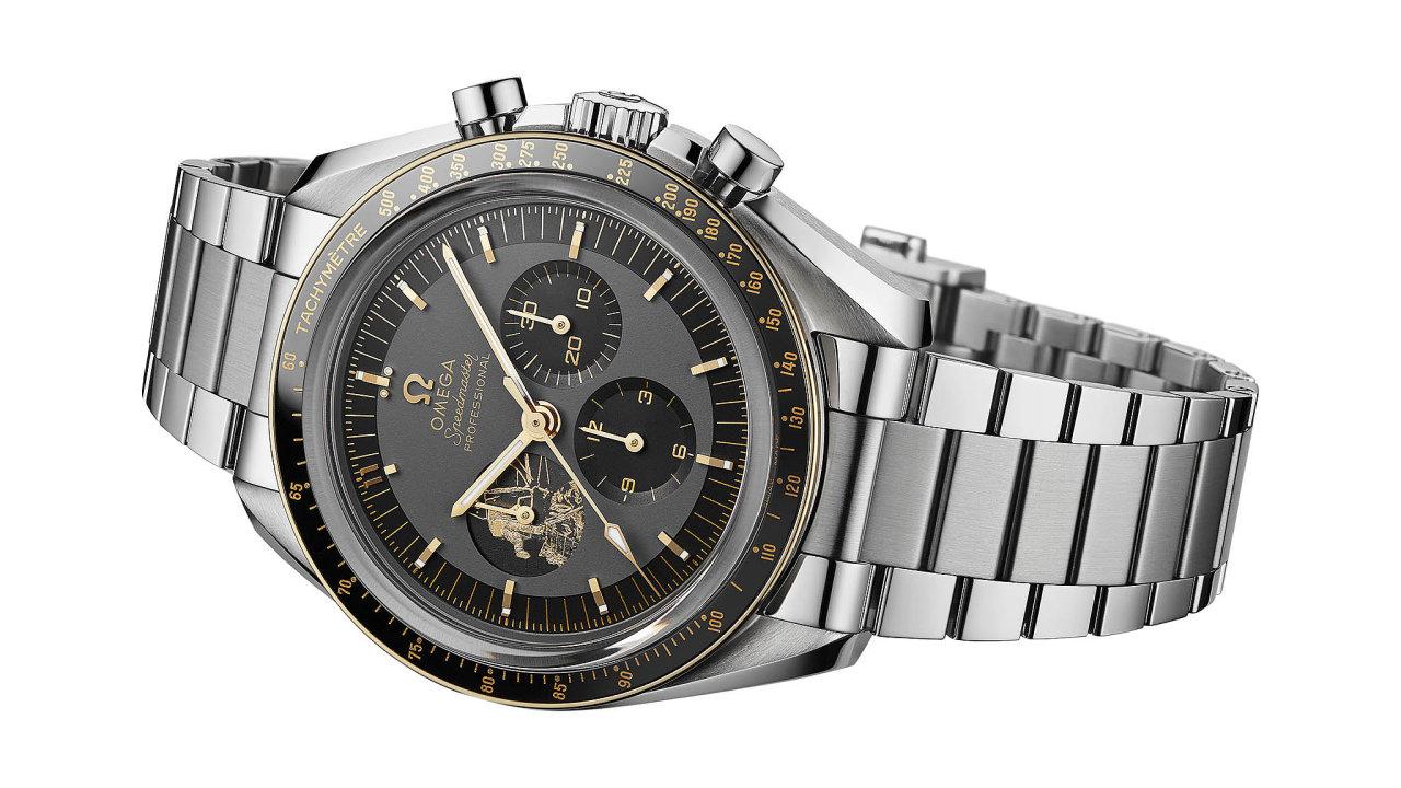 """OMEGA Speedmaster Professional se21. července 1969 staly prvními hodinkami, které seocitly naMěsíci. Zadní stranu limitované edice k50. výročí Speedmaster Apollo 11 lemuje slavný Armstrongůvcitát """"Je to mal..."""
