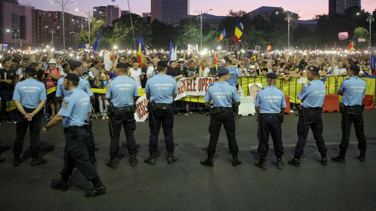 Vletošním roce se Rumuni bouřili. Tisíce jich protestovaly například letos vsrpnu proti sociálnědemokratické vládě, která oslabila protikorupční tažení. Přispělo to nakonec kpádu vlády vříjnu.