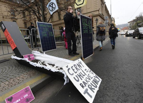 Aktivisté převážně z hnutí Extinction Rebellion (Rebelie proti vyhynutí) demonstrovali 25. listopadu 2019 před úřadem vlády v Praze před dnešním jednáním takzvané uhelné komise. Požadují okamžitý kone