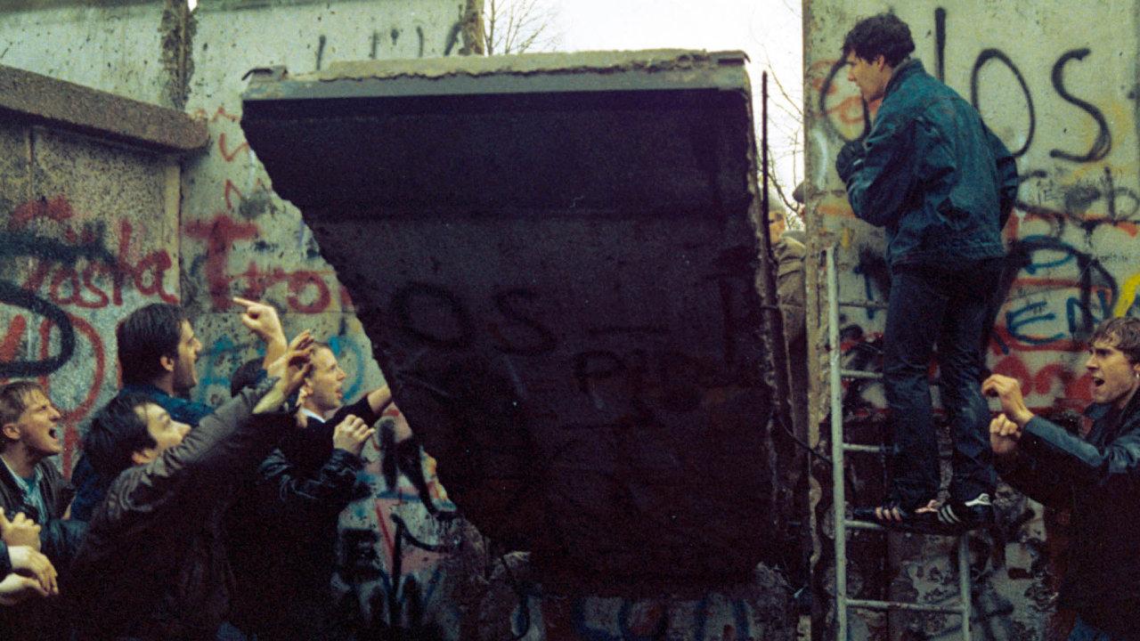 Berlínská zeď, symbol rozdělené Evropy, přišla 9. listopadu 1989 o vojenskou ostrahu. Berlíňané ji pak začali bourat a rozebírat.