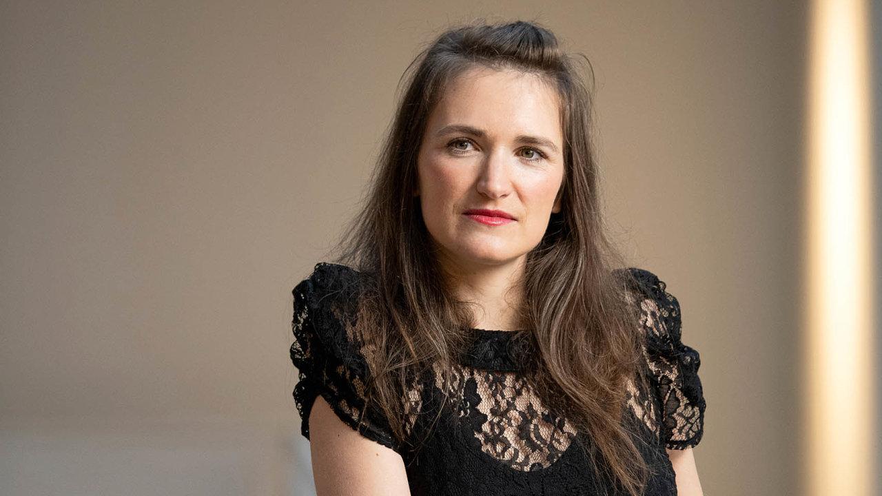 Jako jedna z prvních přinesla Kamila Boudová do Česka pojem udržitelné módy. A jde příkladem: Na snímku má na sobě deset let starý top, pod kterým prosvítá prádlo z biobavlny.