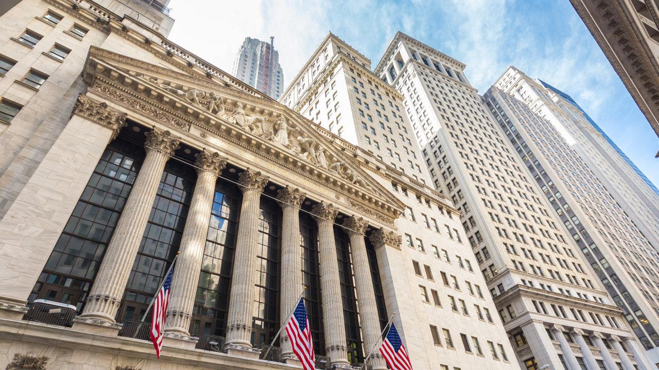 Akcie na americké burze zažily prudký propad, za necelé tři týdny se hodnota S&P 500, který měří vývoj cen akcií největších amerických korporací, snížila o 18 procent.