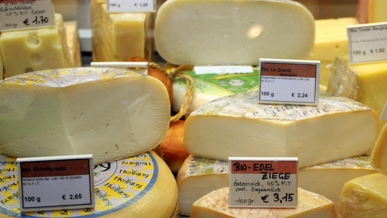 Sýry v obchodu s biopotravinami. Ilustrační foto