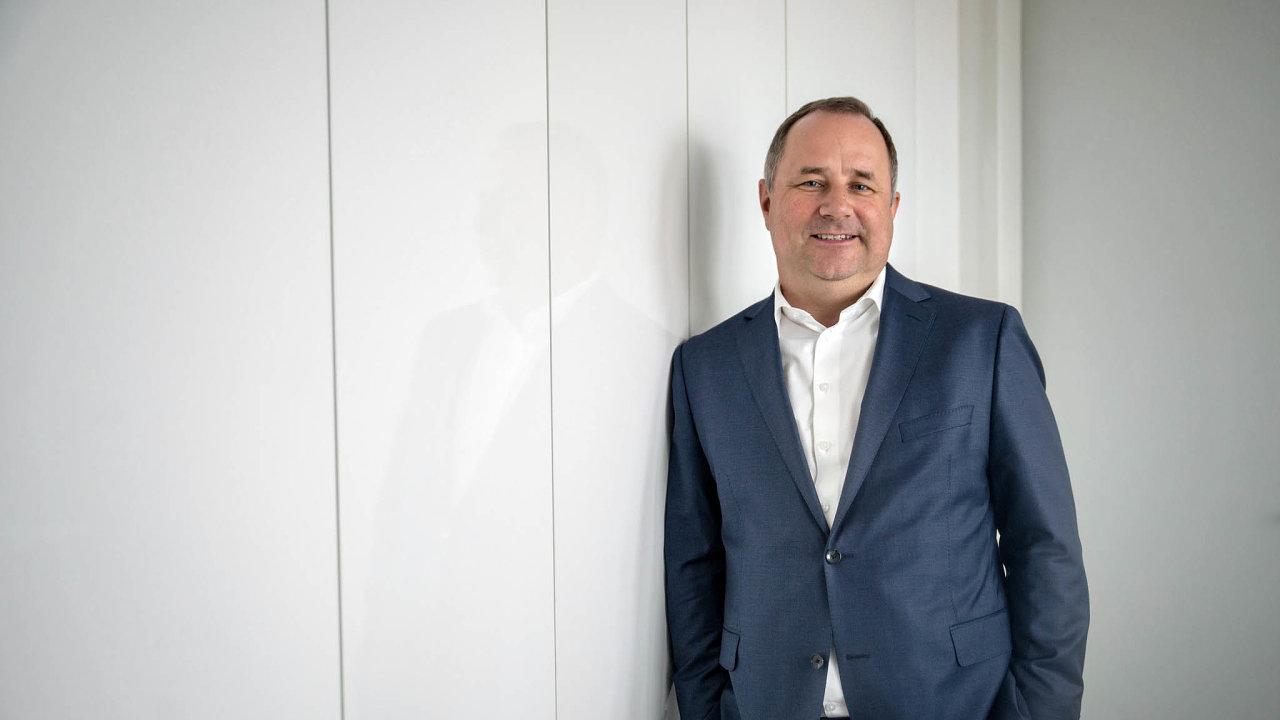 Šéf České spořitelny Tomáš Salomon tvrdí, že banky už dnes při poskytování úvěrů konečné vlastníky firem zkoumají. Pokud by však jejich jména zveřejnily nainternetu, mohou porušit bankovní tajemství.