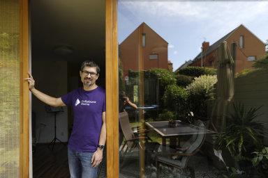Manažer a programátor Jan Holešovský si home office původně nezvolil dobrovolně, ale postupně si vypracoval systém, jak práci zvládat a nemuset hledat motivaci.