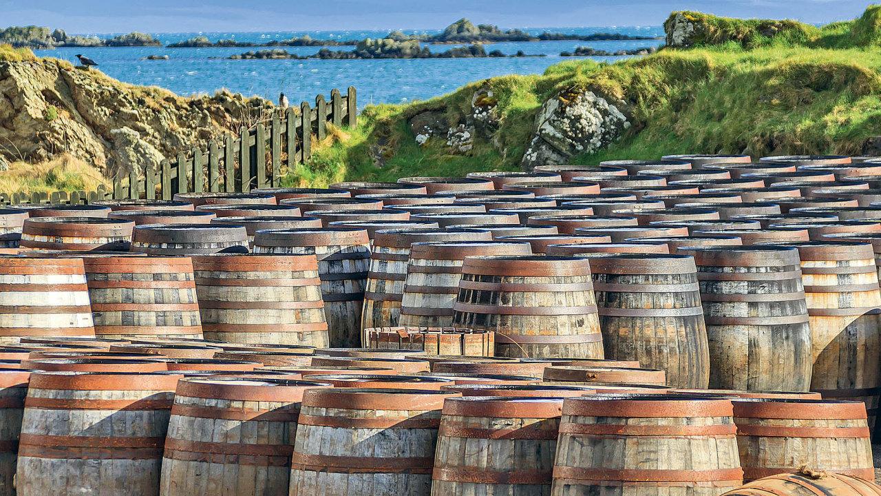 Sudy plné whiskypoblíž palírny naostrově Islay veSkotsku.