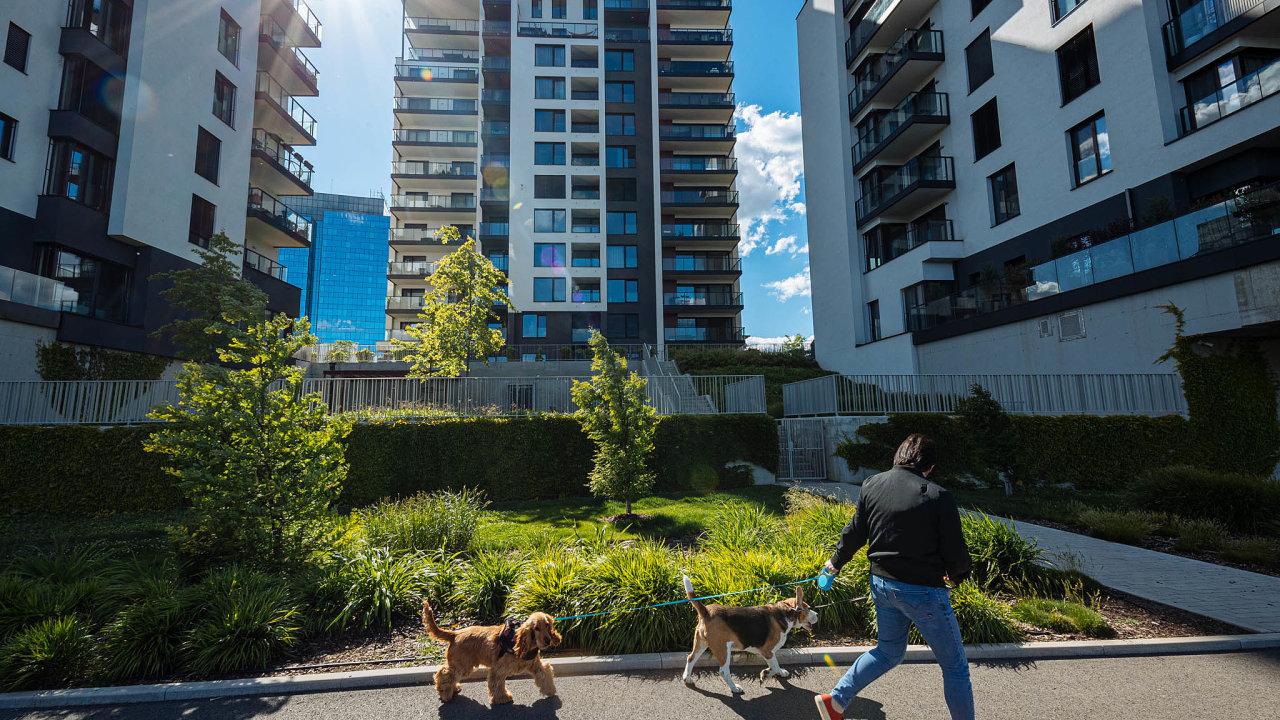 Až polovinu bytů vhlavním městě lidé kupují na investici.