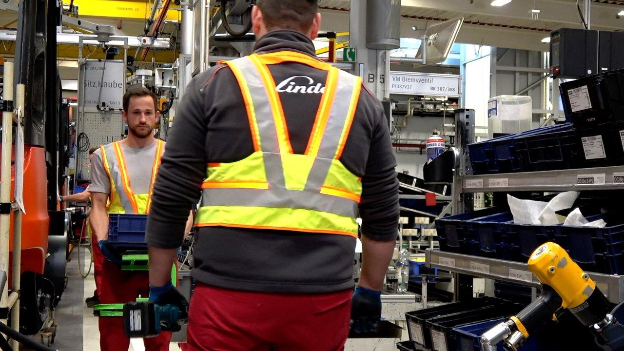 Bezpečnostní vesta kontroluje dodržování rozestupů mezi pracovníky.