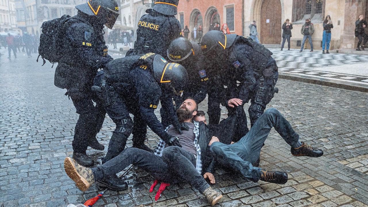 Na pražské Staroměstské náměstí přišli v neděli protestovat fanoušci sportovních klubů proti vládním opatřením zavedeným kvůli pandemii koronaviru. Protest přerostl v bitku s policií.