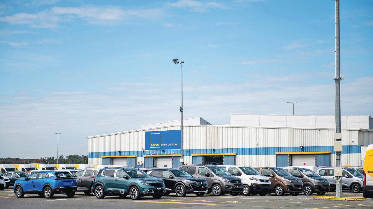 TPCA má vGefcu vyhrazeno 2500 parkovacích míst. Další slouží ijiným závozům, které doKolína směřují, ať už jde ovozy nové, nebo auta ojetá.