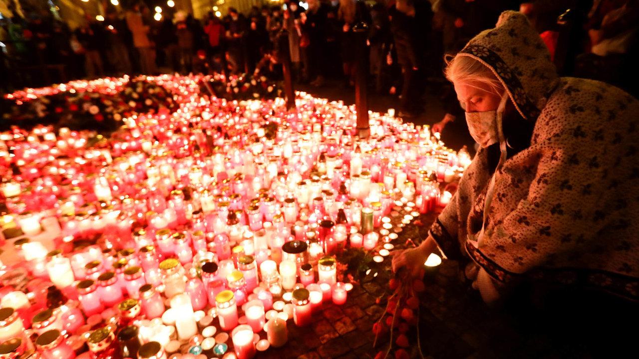 Upietního místa napražské Národní třídě lidé poroce opět zapalovali svíčky připomínající události před 31 lety, kdy komunistická policie brutálně zasáhla proti poklidné demonstraci studentů.