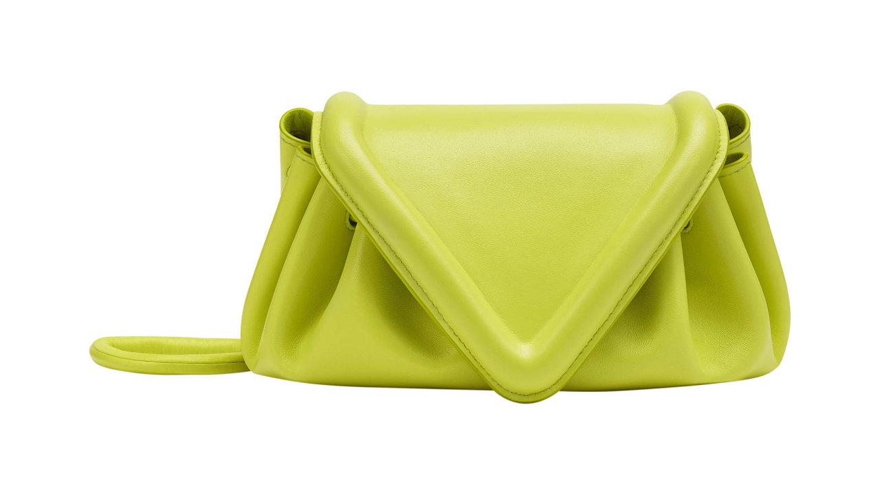 Zářivá barva, měkoučká kůže, moderní, apřesto nostalgický geometrický tvar. Kabelku Triangular Flap uvedla italská značka Bottega Veneta vkolekci Salon 01 pro jaro aléto. Info oceně vbutiku, prodává BOTTEGA VENETA.