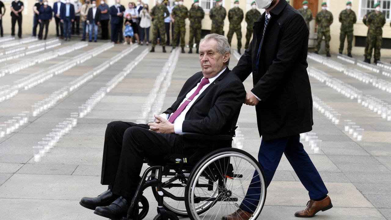 Úprk před novináři. Na rozdíl od ostatních lídrů Zeman nebude informovat média o výsledcích jednání NATO.