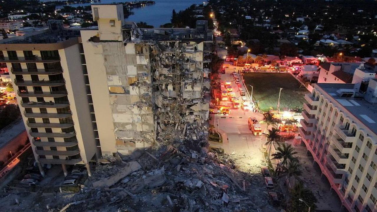 Zhroucení domu u Miami má nejméně jednu oběť, pohřešují se desítky lidí.