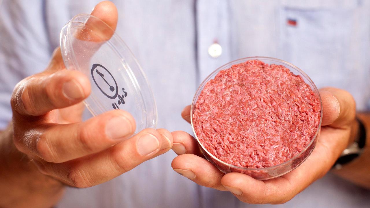 300 tisíc dolarů stál jeden zprvních burgerů zlaboratoře. Před osmi lety jej vypěstoval nizozemský biolog Mark Post.
