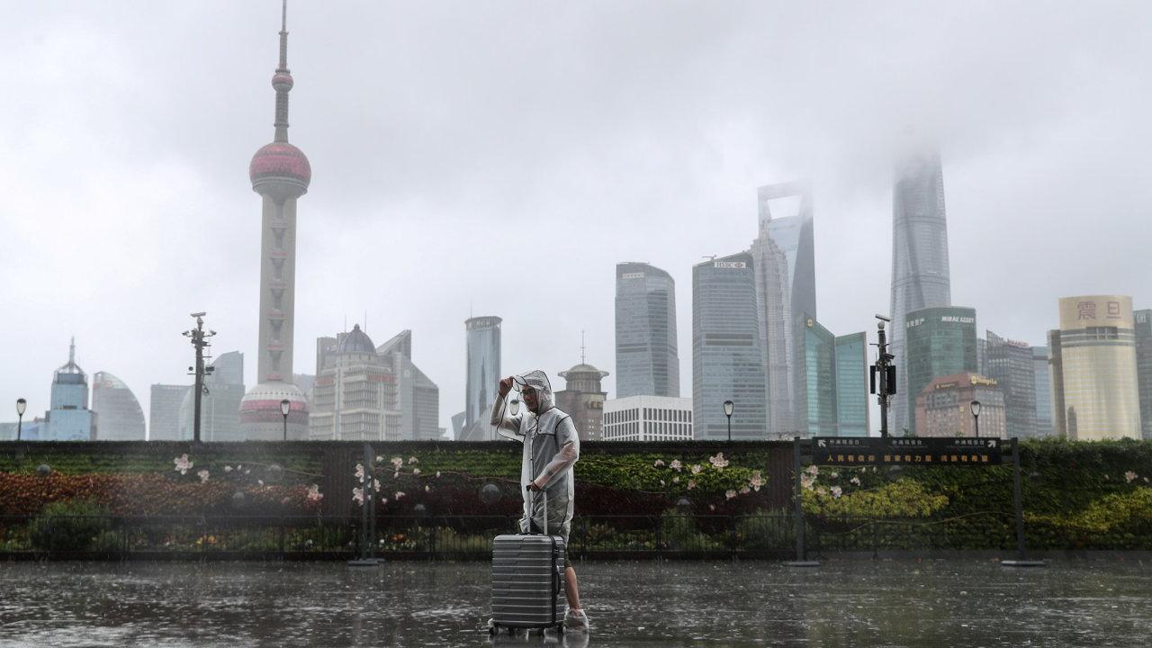 Čínské město Šanghaj se připravuje na tajfun. Uzavřené je letiště i parky.
